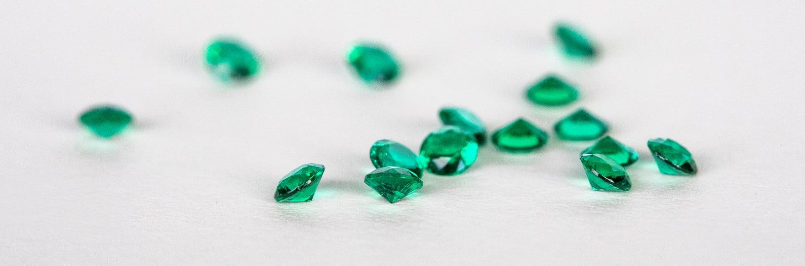 Loose emerald simulated diamonds